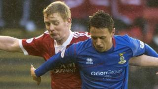 Aberdeen's Barry Robson challenges Danny Williams