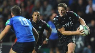 Dan Biggar runs with the ball for Ospreys