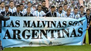 Argentina team with Las Malvinas flag
