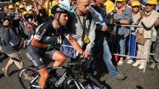 Cavendish crosses the finish line injured