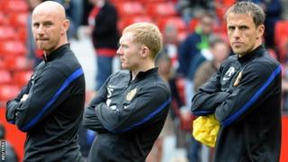 Nicky Butt (l) and Phil Neville (r) with Paul Scholes