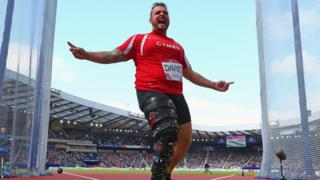 Team Wales captain Aled Sion Davies was edged out by England's Dan Greaves in the Para-sport F42/44 discus event.
