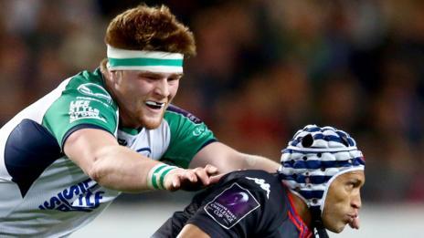 Gio Aplon battles with Connacht's Sean O'Brien at the Stade des Alpes