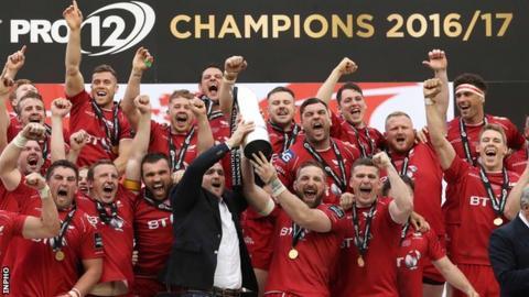 Scarlets lift Pro12 trophy