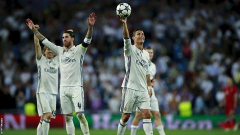 Cristiano Ronaldo montre le matchball après avoir frappé trois chiffres en Ligue des champions