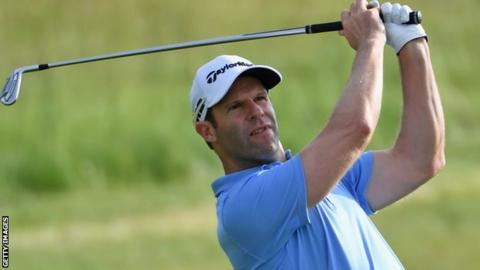 Casey overcomes triple-bogey to tie for US Open lead