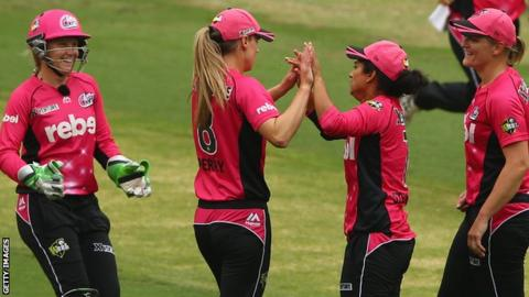Sydney Sixers celebrate a wicket in the semi-final