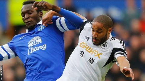 Ashley Williams of Swansea and Everton's Romelu Lukaku