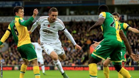 Gylfi Sigurdsson comes under pressure from Norwich defenders