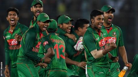 Bangladesh celebrate Jos Buttler's wicket