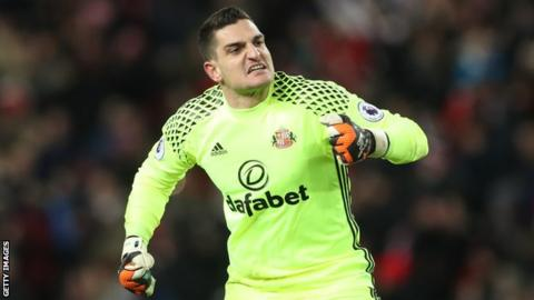 Reading sign Vito Mannone from Sunderland on three-year deal