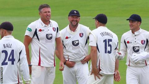 Kent players celebrate a wicket