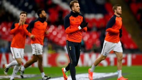 Harry Kane warms up