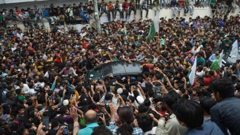 Fans mob a car carrying Sarfraz Ahmed