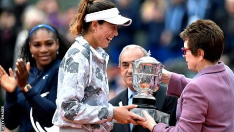 Garbine Muguruza (2nd L) receives her trophy from former US tennis player Billie Jean King