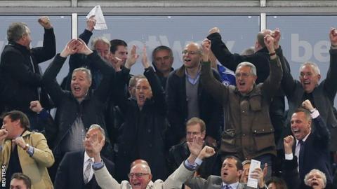 Jose Mourinho (centre)
