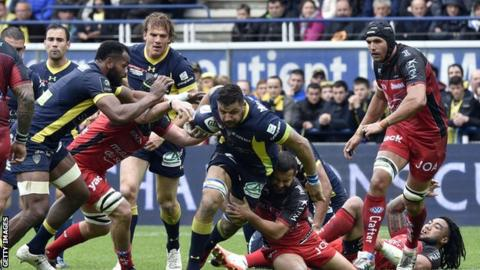 "Clermont""s French flanker Damien Chouly (C) vies for the ball during quarter-final rugby union match between Clermont and Toulon"