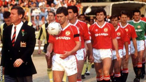 Alan Pardew, third from left, played against Manchester United in the 1990 final