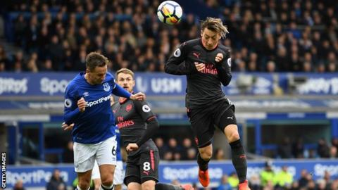 Arsenal score five to put Everton in relegation zone