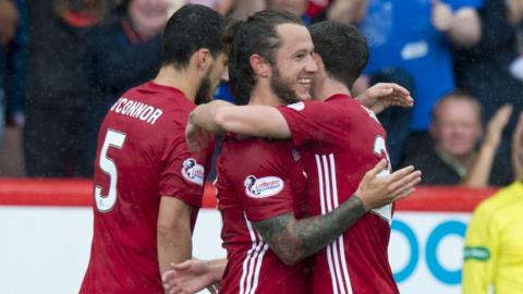 Aberdeen's Stevie May (centre)