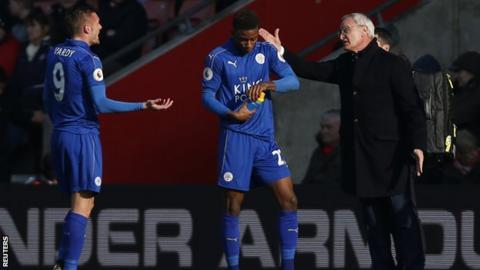Leicester City manager Claudio Ranieri speaks with Jamie Vardy and Demarai Gray