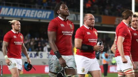 Maro Itoje leaves the field