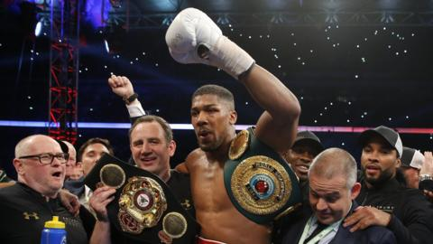 Anthony Joshua (centre)