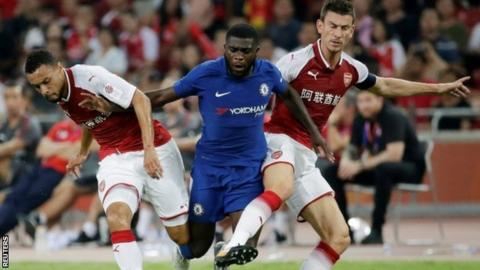 Chelsea's Jeremie Boga in action with Arsenal's Francis Coquelin (L) and Laurent Koscielny (R)