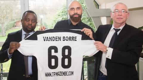 Anthony Vanden Borre (centre)