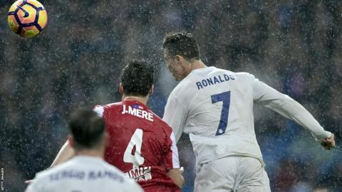 Cristiano Ronaldo marque contre le Sporting Gijon