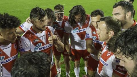 Jon Wilkin talks to the St Helens players in a team huddle