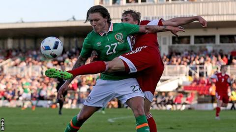 Jeff Hendrick battles for possession with Maksim Valadzko