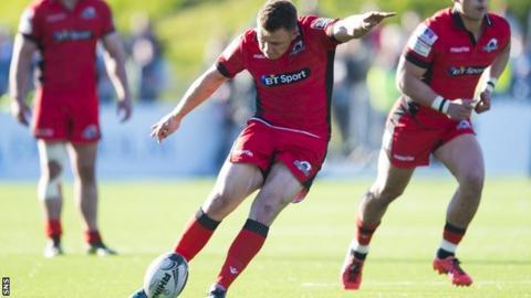 Duncan Weir kicks a penalty for Edinburgh