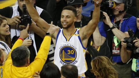 Steph Curry (centre)