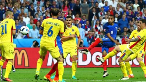 Dimitri Payet scores for France