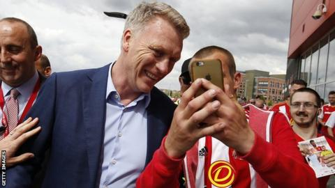 David Moyes poses for a photo with a Sunderland fan