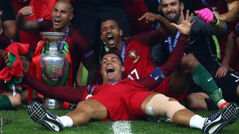 Cristiano Ronaldo célèbre sa victoire à l'Euro 2016 avec ses coéquipiers portugais