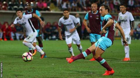 Astra Giurgiu strike late to hold West Ham to draw in Romania
