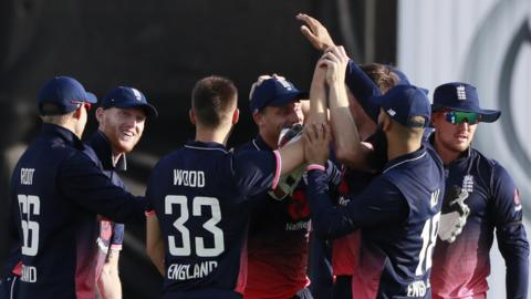 England celebrate de Kock's wicket