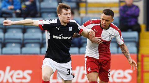 Craig Wighton holds off Rangers' James Tavernier