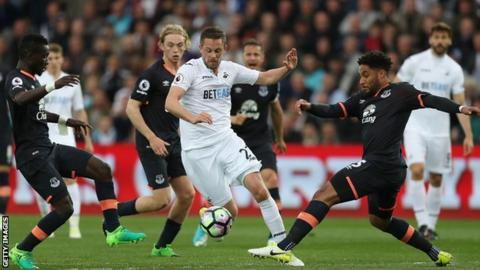 Everton agree £45m Gylfi Sigurdsson deal, medical to take place tomorrow