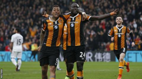 Oumar Niasse and Abel Hernandez celebrate