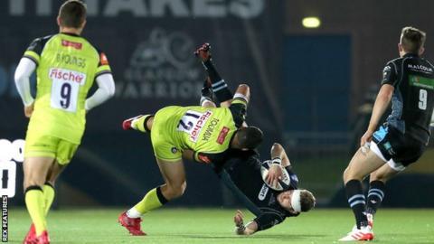 Matt Toomua tackles Finn Russell