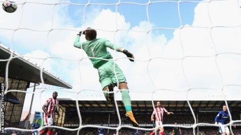 Wayne Rooney scores for Everton against Stoke
