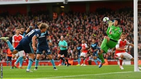 Petr Cech saves from Gaston Ramirez