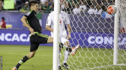 Oribe Peralta scores for Mexico against Cuba