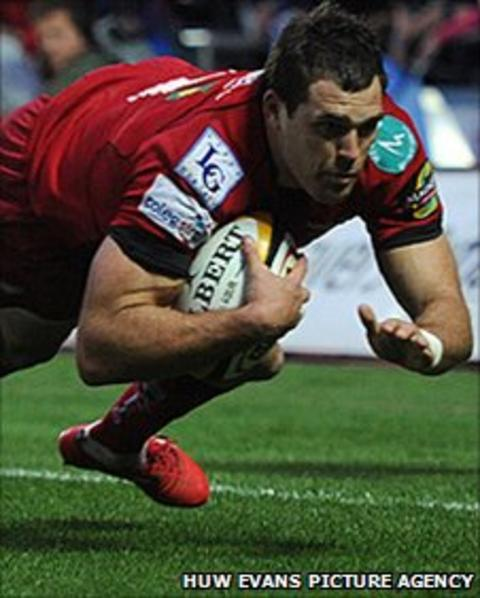 Sean Lamont scores for the Scarlets