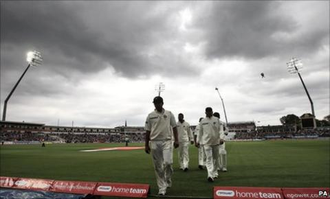 Players leave the field for bad light at Edgbaston