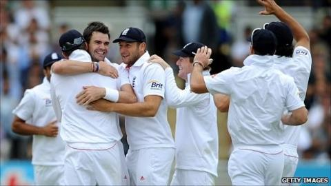 England congratulate James Anderson after he dismisses VVS Laxman