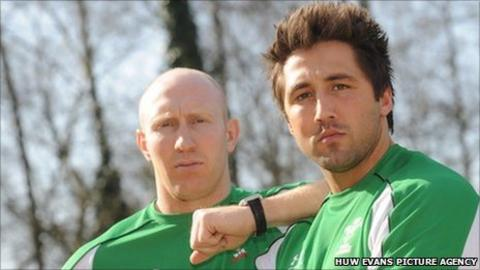 Tom Shanklin and Gavin Henson pose for the cameras in 2009